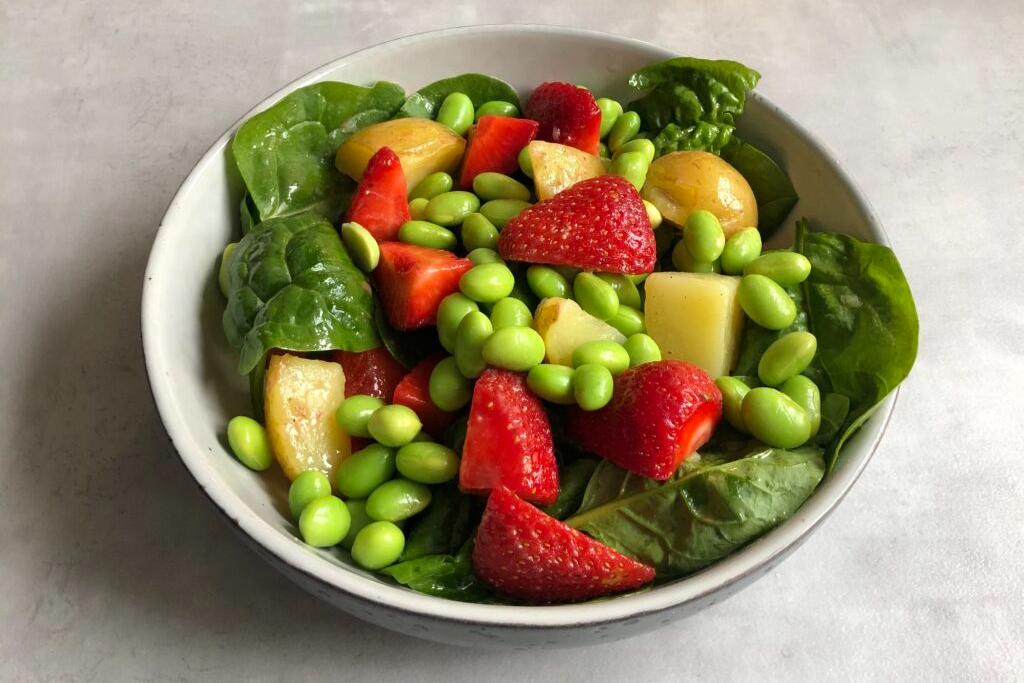 KARTOFFELSALAT med jordbær og edamamebønner